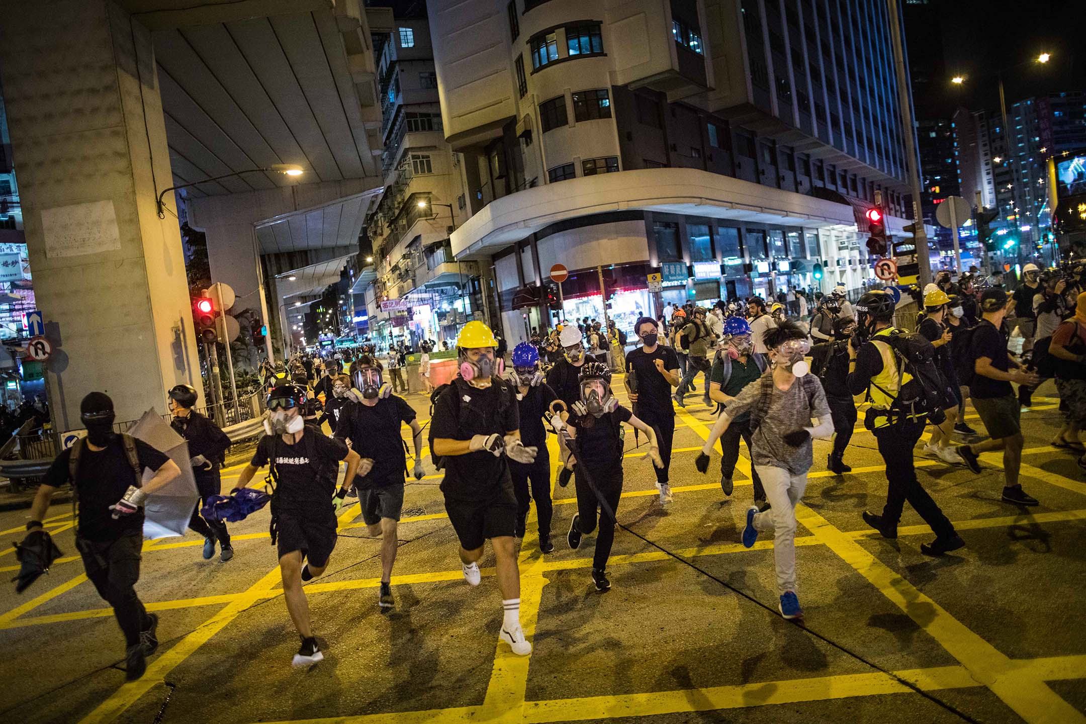 2019年9月2日晚上,一班示威者包圍旺角警局,抗議日前太子地鐡站內警方的暴力拘捕行動。示威者見速龍小組出動,在太子的馬路上逃跑。 攝:陳焯煇/端傳媒