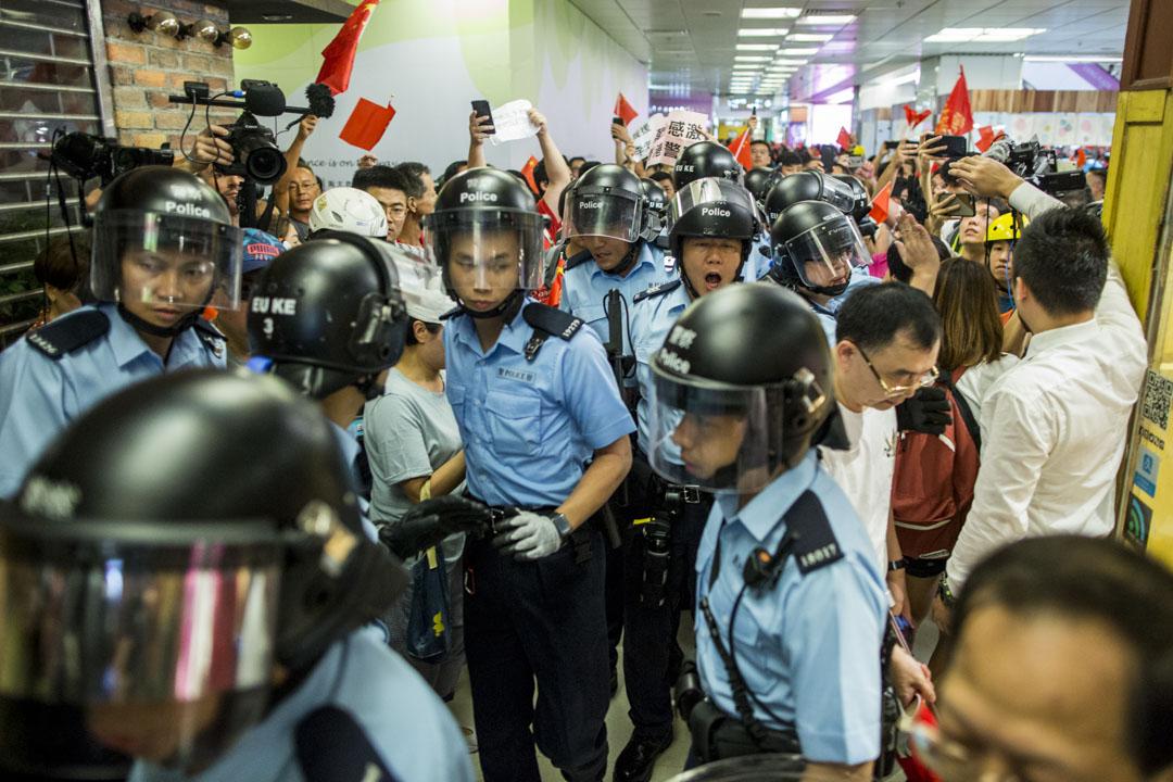 2019年9月14日,九龍灣淘大商場,持國旗的市民與在場一批青年發生口角及打架,逾十名警察到場,分開兩批人。