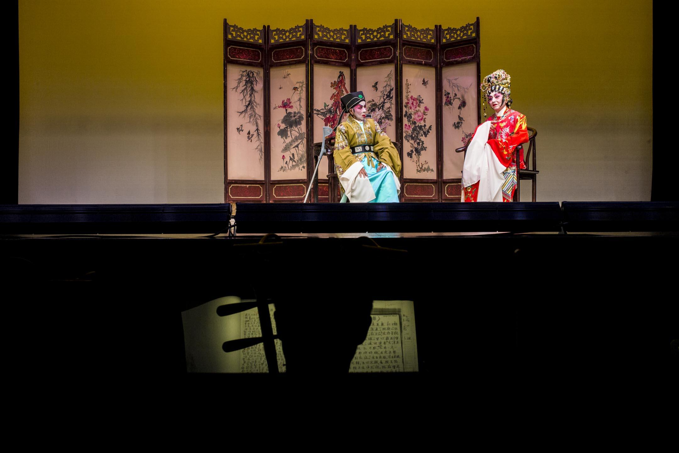 2019年3月,何秋蘭與黃美玉在香港油麻地戲院演出《王寶釧之西蓬擊掌》。 攝:林振東/端傳媒