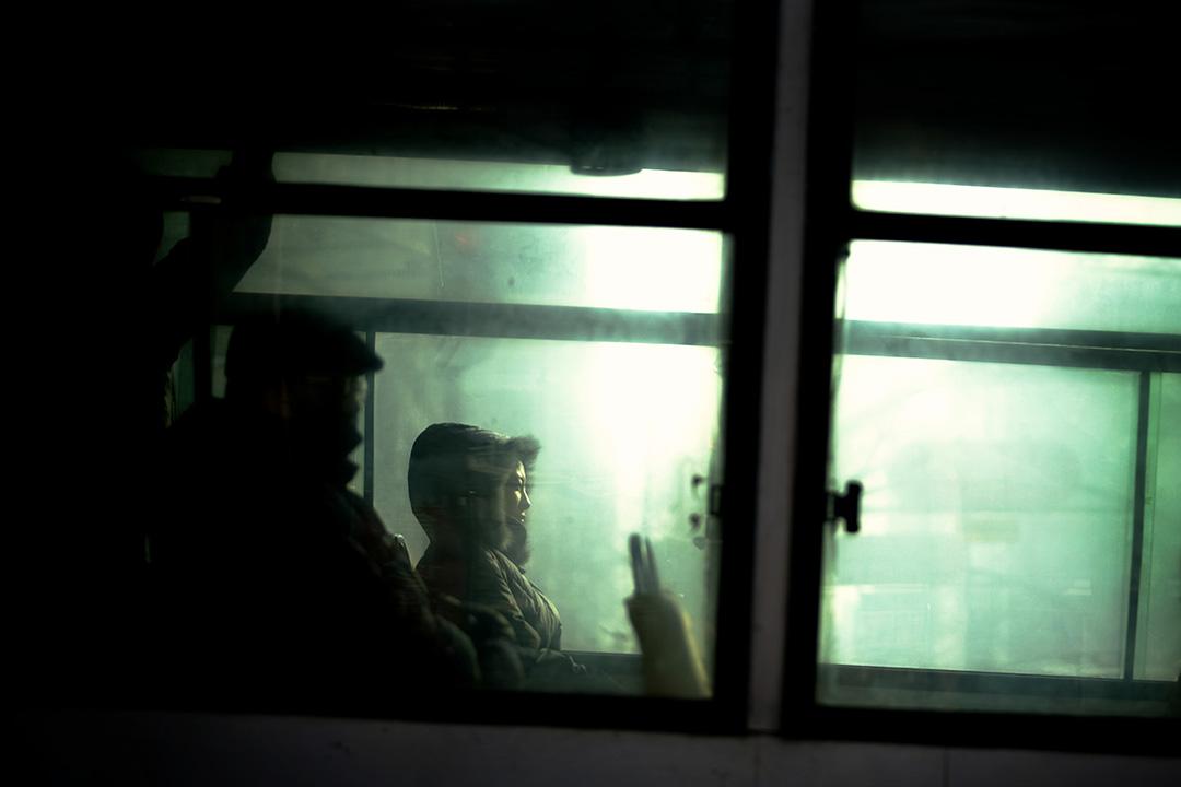2008年1月29日,中國哈爾濱,人們在寒冷的街道上乘坐公共汽車。