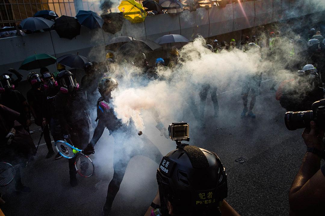 9月15日,下午6點左右,衝突現場的示威者手拿網球拍。