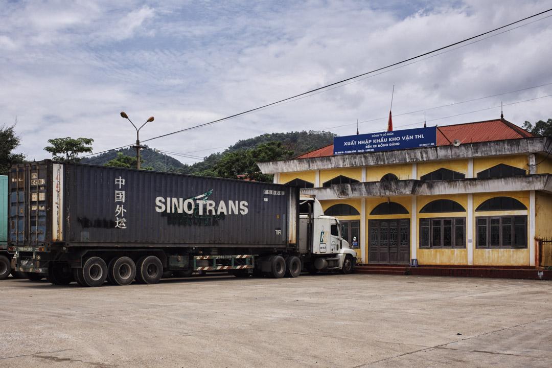 越南諒山省高祿縣的同登市鎮,一輛來自中國的貨櫃車正在等待過境清關,幾公里外就是中越之間的重要關口友誼關。