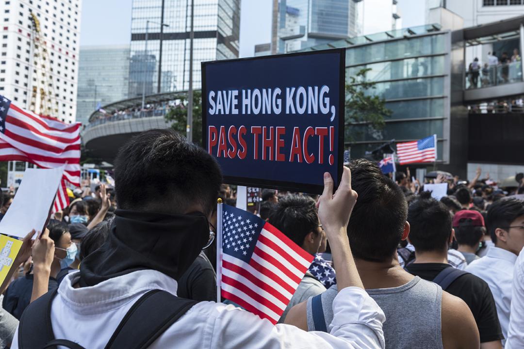 2019年9月8日在香港,有遊行人士舉行標語,呼籲美國國會通過《香港人權民主法案》。 攝:Aidan Marzo / Getty Images