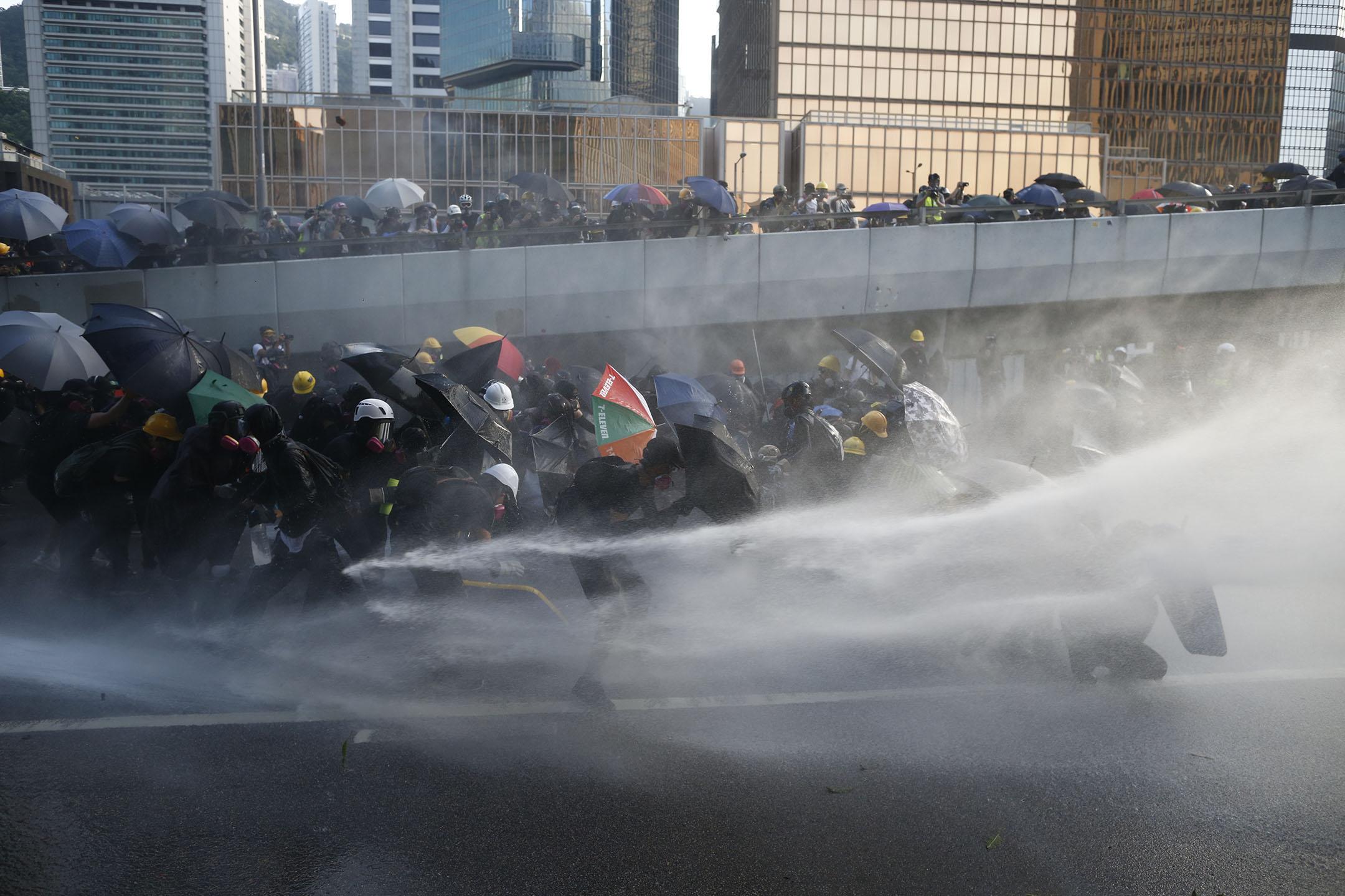 9月15日,下午6點左右,示威者用傘抵抗水炮車。 攝:林振東 / 端傳媒