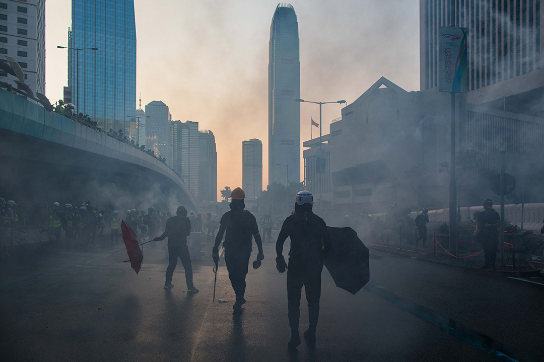 2019年9月15日,示威者於金鐘政府總部外佔領馬路,警察施放催淚彈驅散人群。 攝:陳焯煇/端傳媒