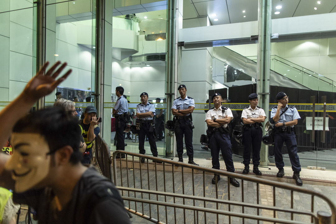2019年9月26日,政府首場「社區對話」於灣仔伊利沙伯體育館舉行,警察戒備。