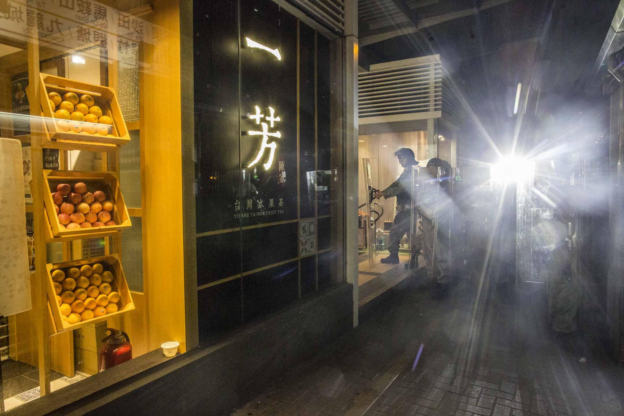 2019年8月24日,防暴警察在黃大仙一間一芳台湾水果茶門市前戒備。