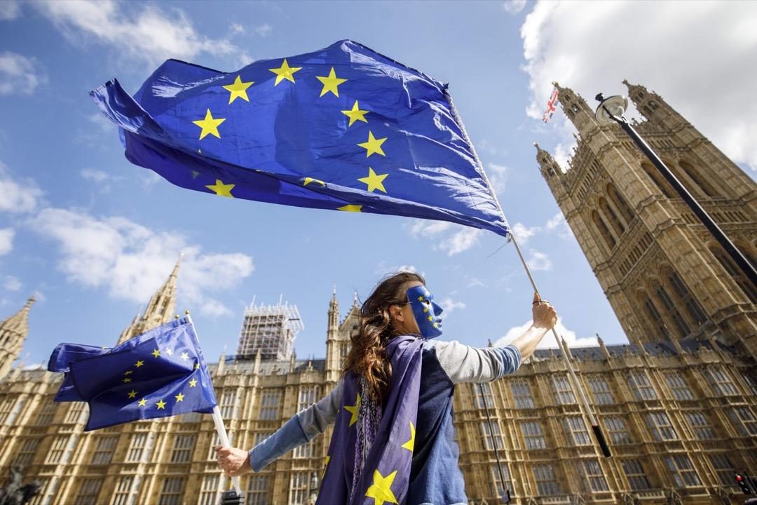 2017年9月11日,在脫歐公投一年多後,英國政府將首份脫歐方案呈上議會,有支持留歐的示威者在議會外揮動歐盟旗。 攝:Tolga Akmen/AFP/Getty Images