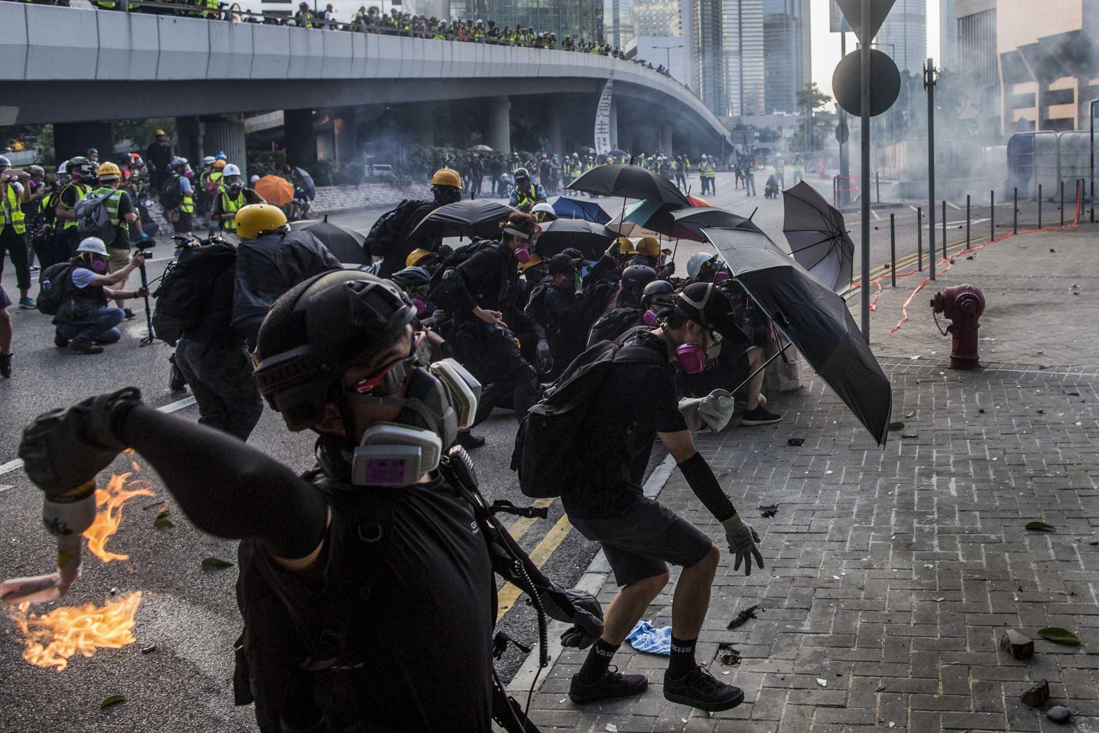 2019年9月15日,示威者向政府總部扔擲燃燒物。  攝:林振東/端傳媒