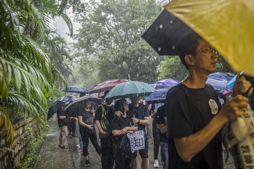 2019年8月17日,有教師發起「守護下一代,為良知發聲」的遊行,期間大雨滂沱,參加者身上貼上「我是香港教師」的貼紙,又手持「守護下一代 良知」、「憑老師守護」的標語。