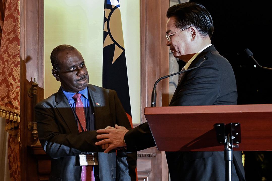 2019年9月9日,在台北舉行的新聞發布會上,台灣外交部長吳釗燮與所羅門群島外交大使握手。