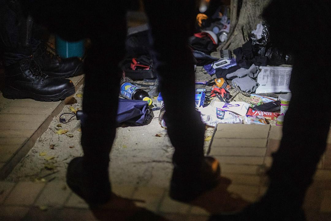 9月28日,晚上10點左右,灣仔華潤大廈,警方截查巴士乘客。