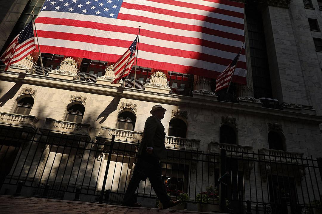 2018年7月12日,一名男子走在美國紐約市證券交易所。