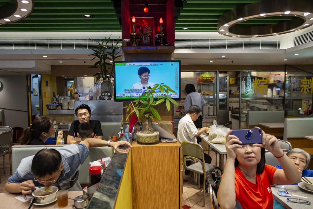 2019年6月18日,林鄭在政府總部召開記者會,一間茶餐廳的客人在收看。