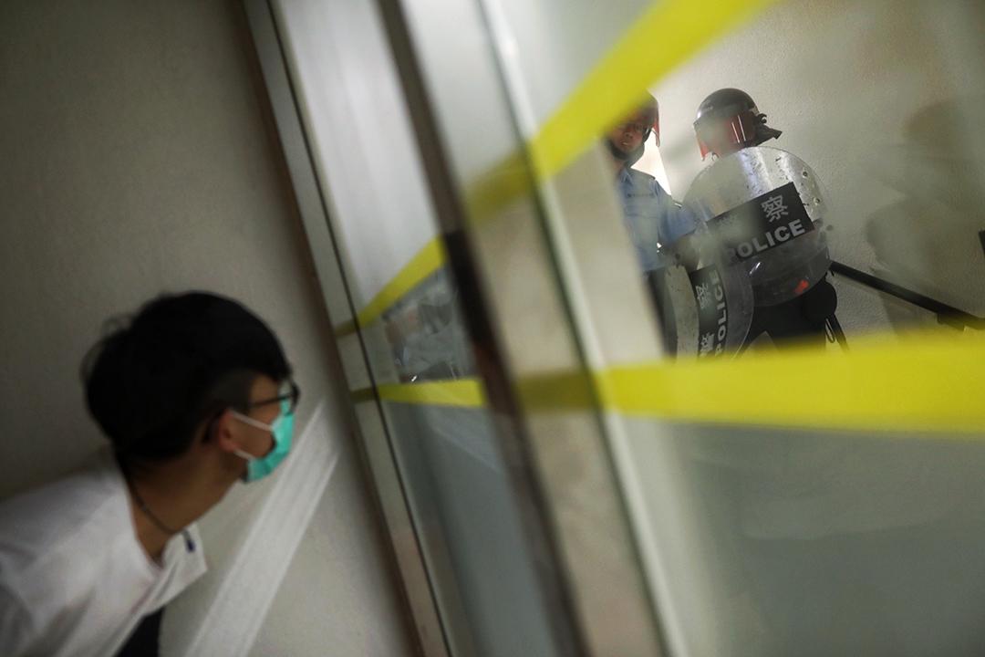 林鄭「社區對話」期間,會場內有防暴警察戒備。