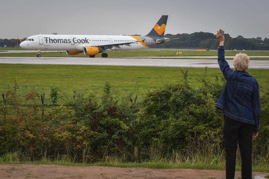 2019年9月22日在英國曼徹斯特機場,一名女仕向一班即將起飛的「通濟陸」客機揮手道別。 攝:Anthony Devlin / Getty Images