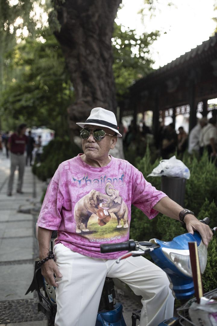 公園裏一位打扮時髦的男士,他說身上這件T恤是去泰國旅遊時買的。