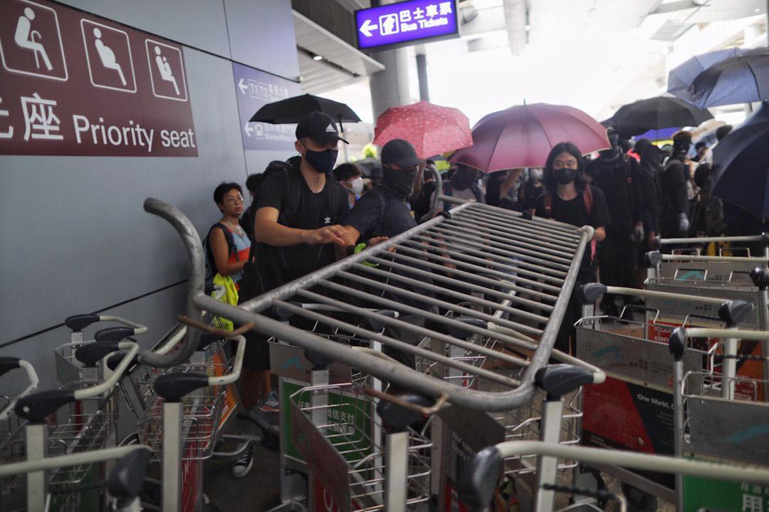 2019年9月1日,大批示威者響應網上號召「901機場見」。示威者於機場巴士總站,管制範圍外聚集。