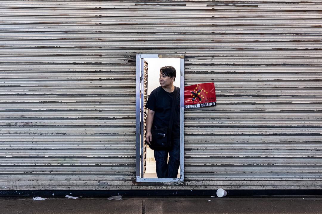 2019年9月29日,示威期間,市民於店內躲避。