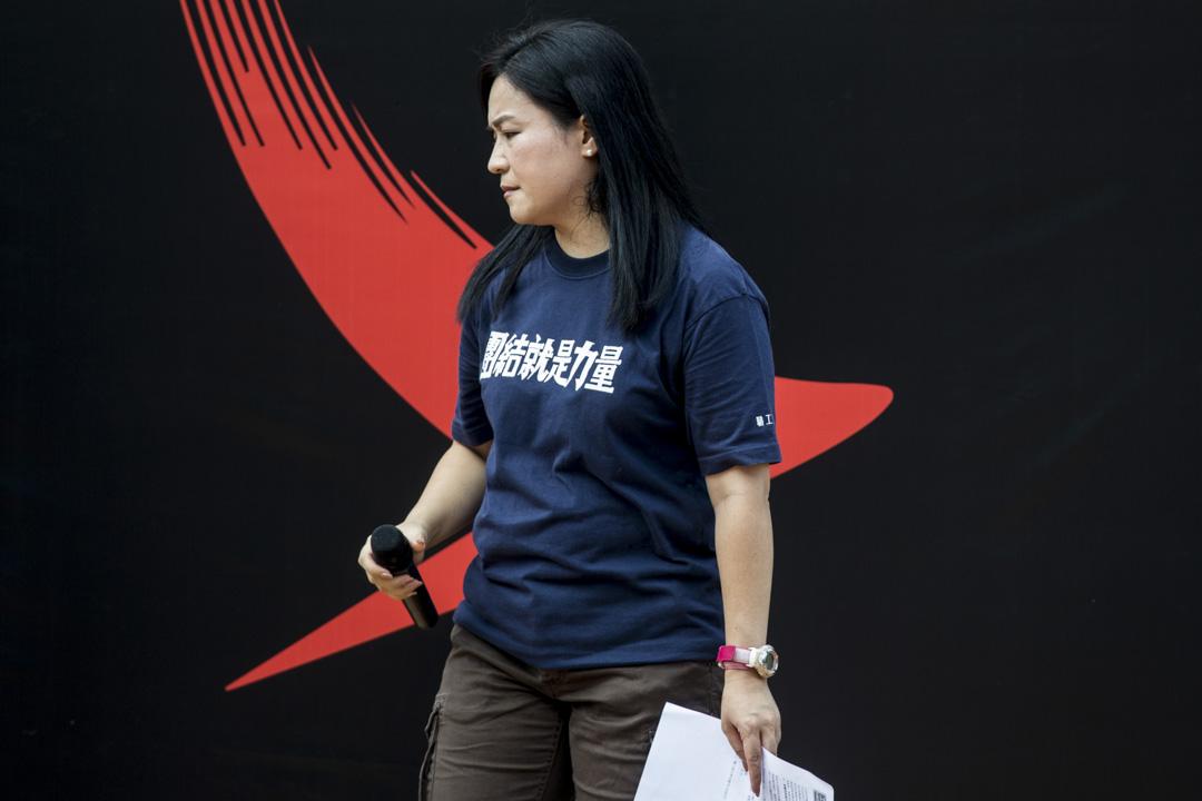 職工盟主席吳敏兒在中環愛丁堡廣場進行的國泰員工集會上發言。