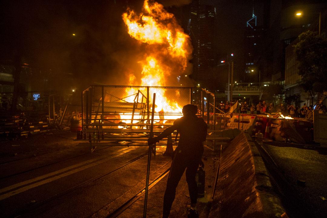 2019年8月31日,示威者在灣仔警總外的軒尼詩道上縱火。