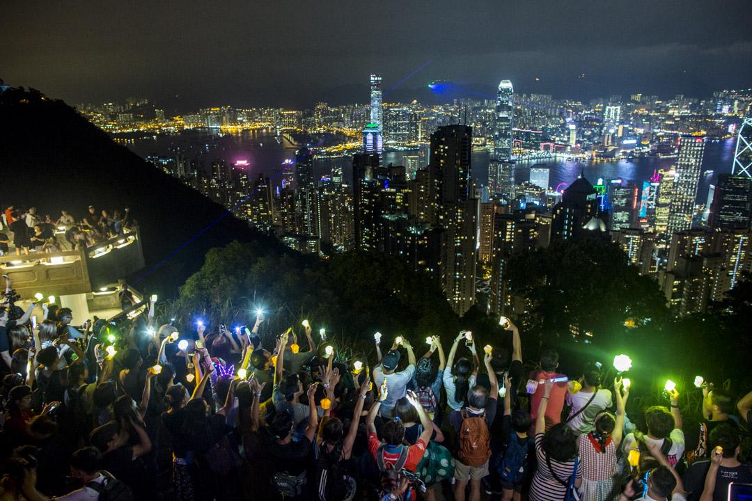 2019年9月13日中秋節,市民在太平山上,面向獅子山高舉燈籠。