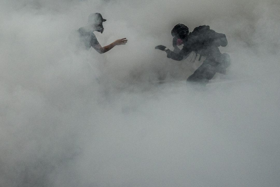 2019年8月25日,荃灣的防暴警察向示威者施放催淚彈。攝:林振東/端傳媒