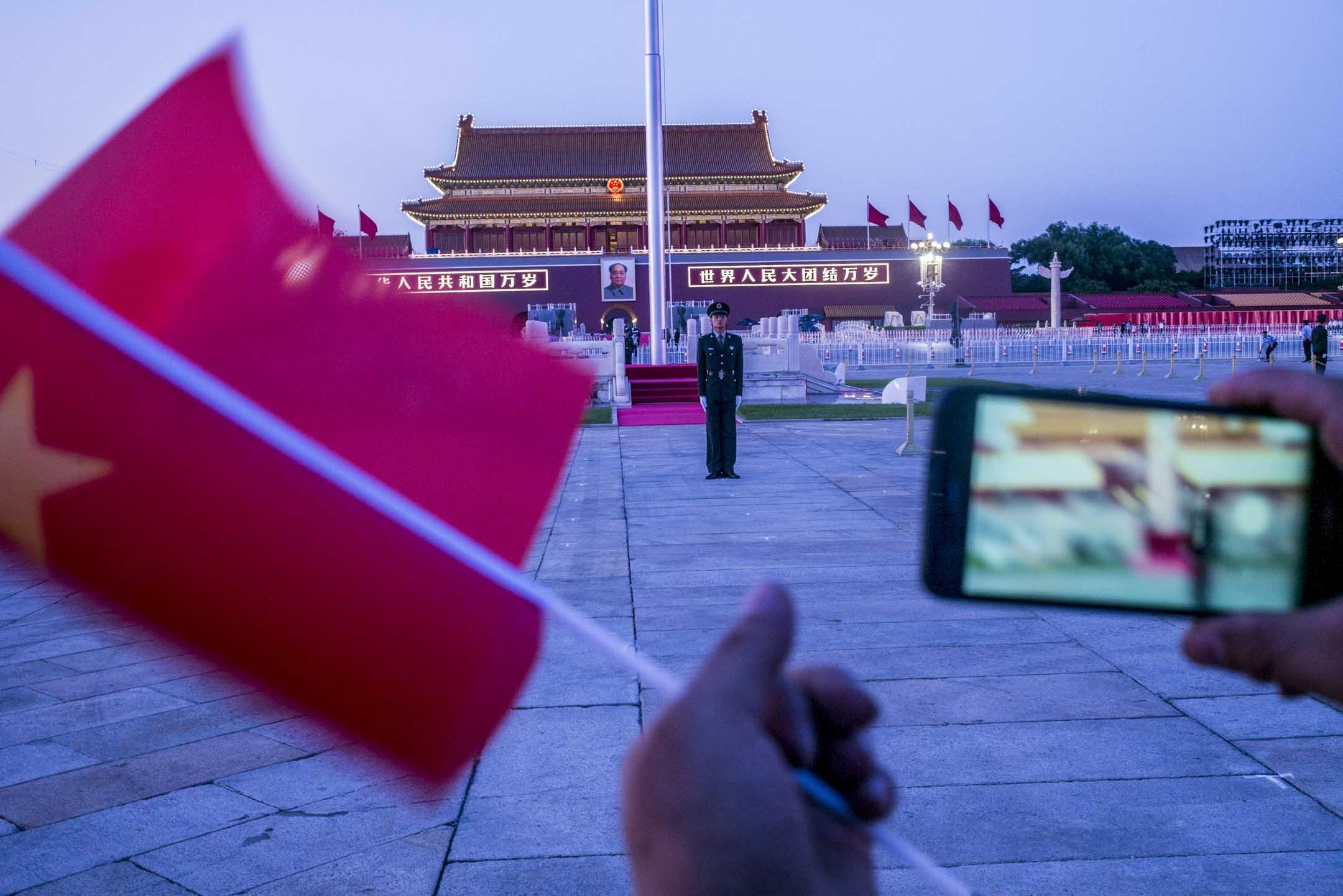 北京天安門廣場上的遊客於觀看降旗儀式後,繼續拍照。 攝:林振東/端傳媒