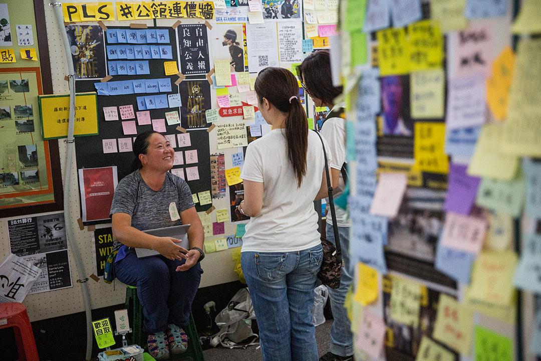 自8月23日開始,每日下午四點過後,台北連儂牆下都會看見香港人Candy的身影。