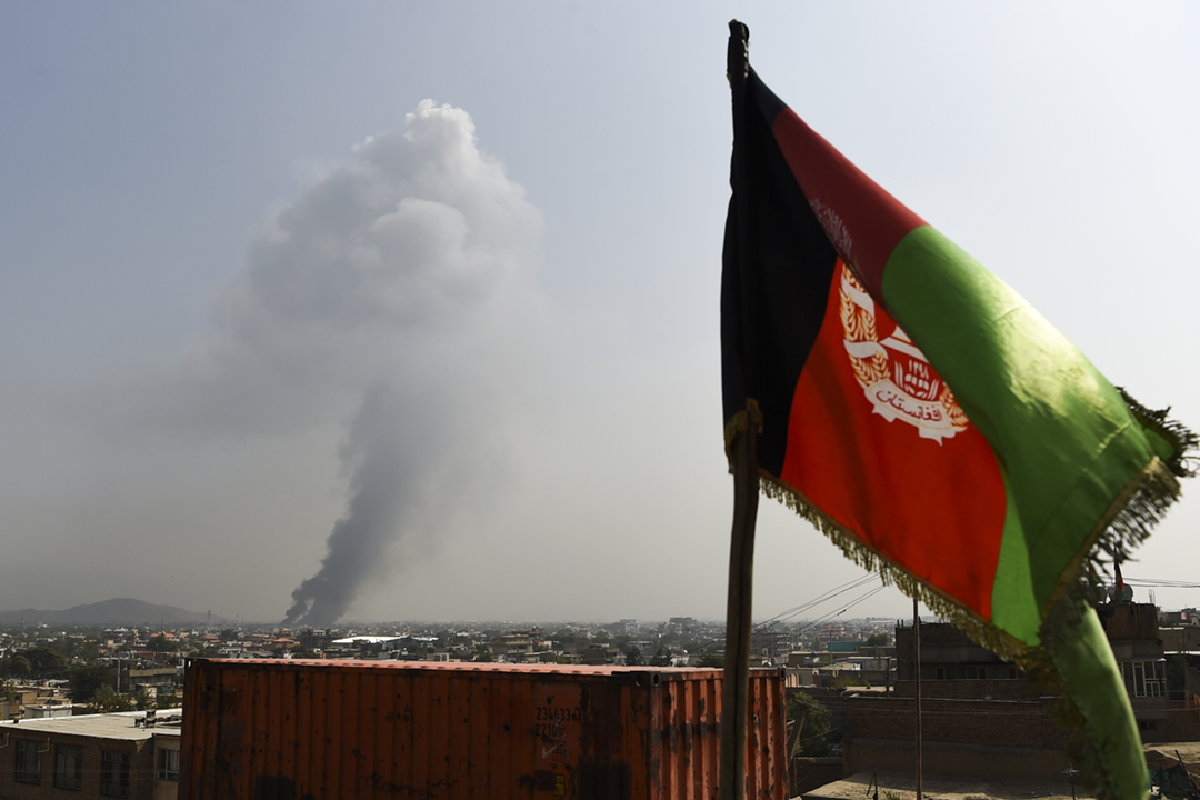 2019年9月3日,阿富汗首都喀布爾發生汽車炸彈爆炸,造成至少16人死亡,爆炸產生的濃煙升至半空。 攝:Wakil Kohsar / AFP / Getty Images