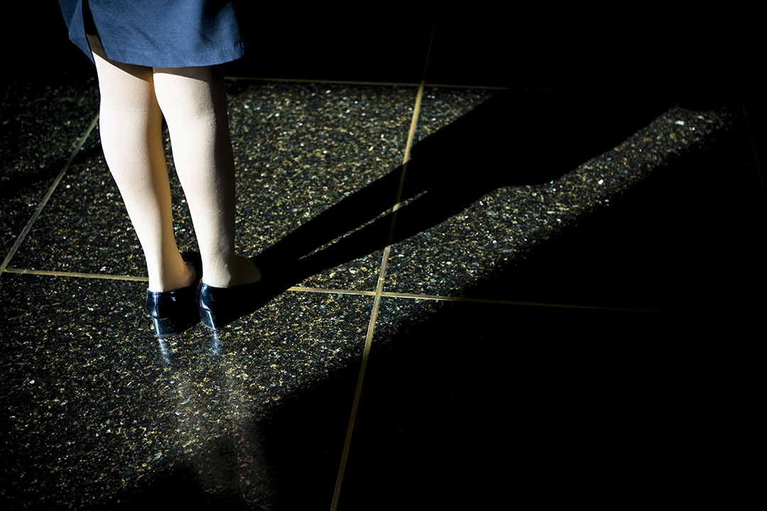 2007年11月2日,中國宜昌,一名婦女站在旅館大廳的大理石地板上。