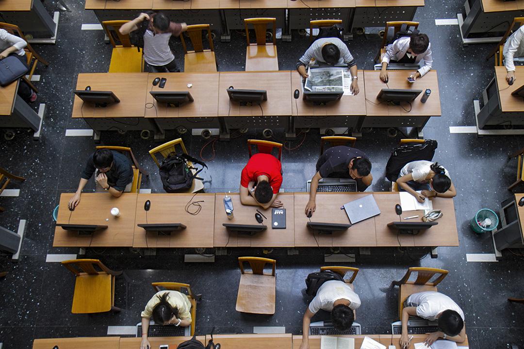 中國一所大學的圖書館內,學生在使用電腦。