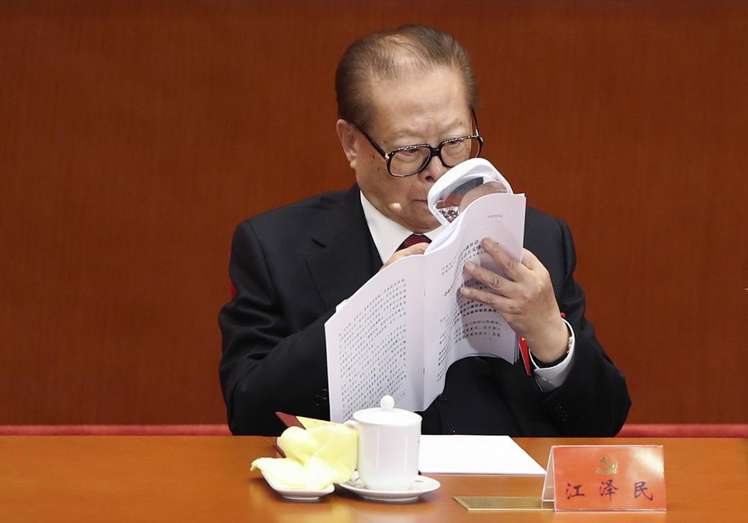 江澤民不能完全按照自己的意願培養接班人,只能服從鄧小平所確立的「隔代指定」的接班人機制,這使得他在任期內貫徹自己的政治意志時受到了時間的限制。