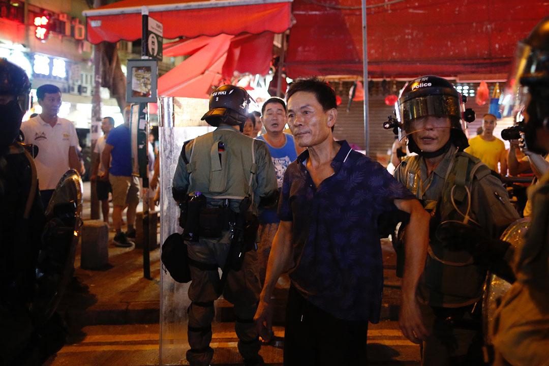 9月15日,晚上8點10分左右炮台山,被懷疑打人的人群被趕到的警察分隔開來。