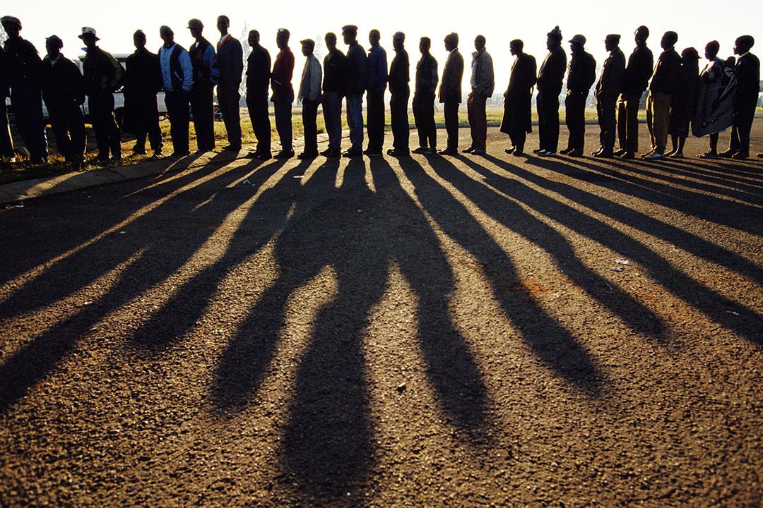 1994年4月,納爾遜·曼德拉成為南非總統,人們在黎明中等待選舉投票。