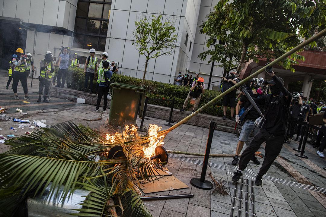 9月22日,沙田中央公園一帶,示威者用火築成防線。