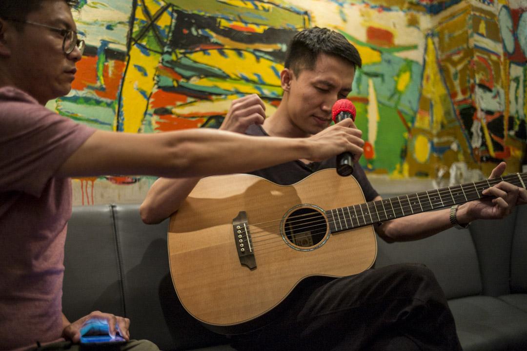 六月初,黃衍仁在71吧的一個音樂演出。