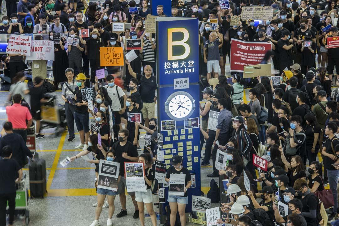 2019年7月26日,航空業界在香港國際機場接機大堂舉辦「和你飛」集會,這是反修例運動的「戰場」首次轉移到機場。