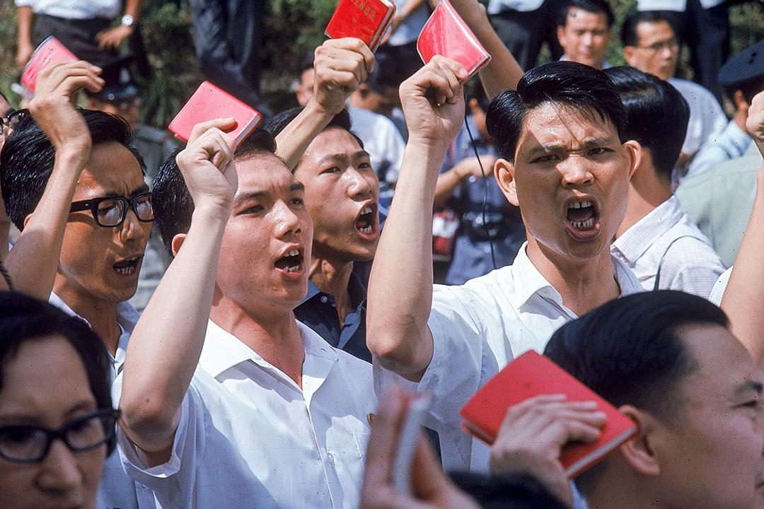 1967年5月17日,中國青年在香港示威,他們揮舞著毛澤東的毛語錄。