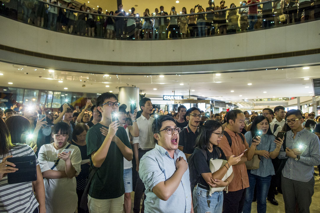 2019年9月12日,中環IFC商場,數百市民高唱《願榮光歸香港》。