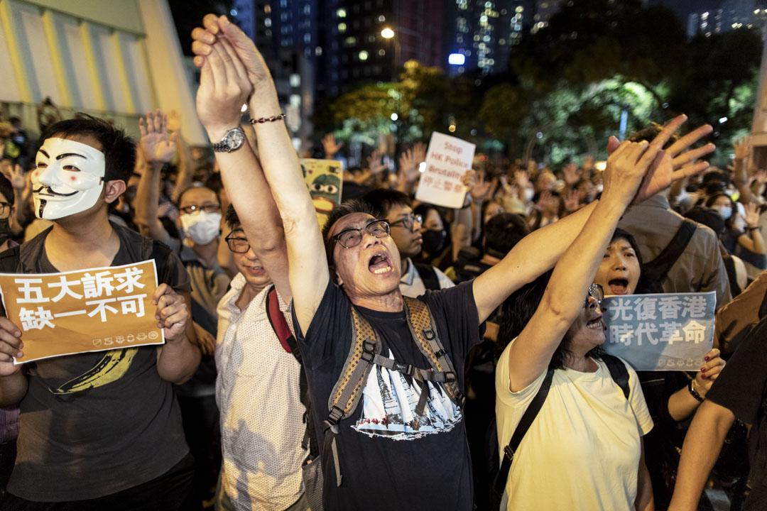 2019年9月26日,政府首場「社區對話」於灣仔伊利沙伯體育館舉行,場外大批示威者聚集,合唱「願榮光歸香港」。