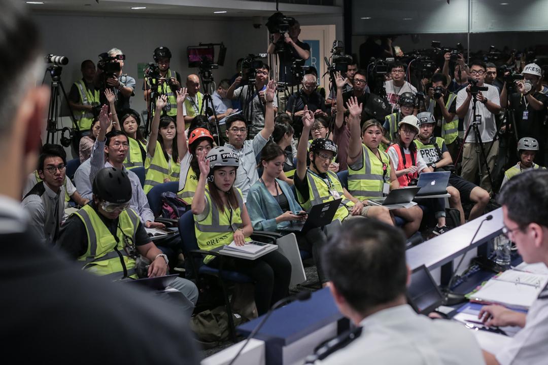 2019年9月9日,大批記者響應記協及攝影記者協會呼籲、穿上防護裝備出席警方每日記者會,抗議警方近日對記者濫用武力、惡意阻撓採訪等。 攝:Stanley Leung / 端傳媒