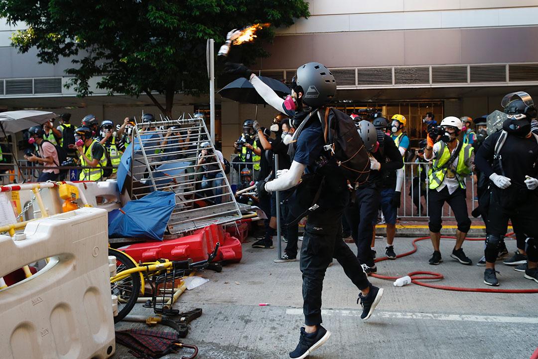9月21日,下午5點左右,示威者向警方方向投擲疑似燃燒彈。