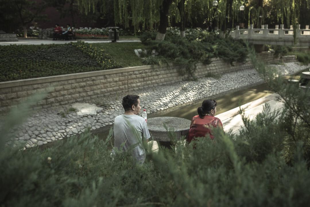 """一對男女在河邊聊天。""""愛情是很多老年人人生中缺少的一環。""""北京電視台老年人相親節目《選擇》的主編韓康說。"""