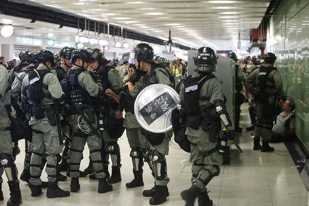 9月8日,中環港鐵站關閉,警察在站內拘捕了數名市民。