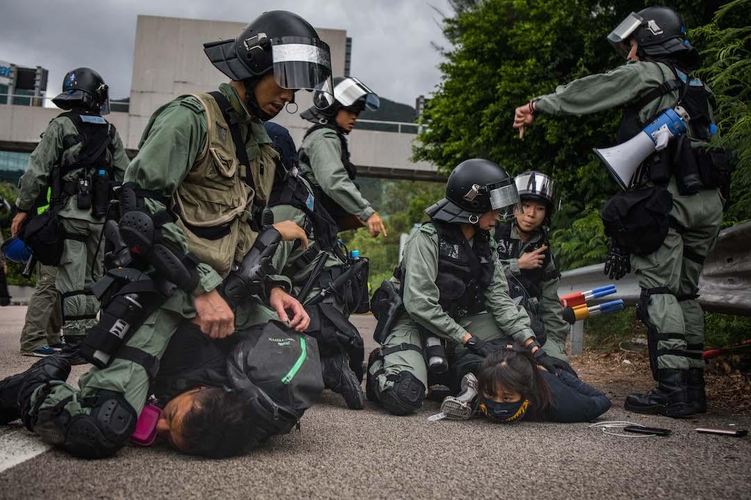 2019年9月1日,防暴警察在東涌區內壓制示威者。