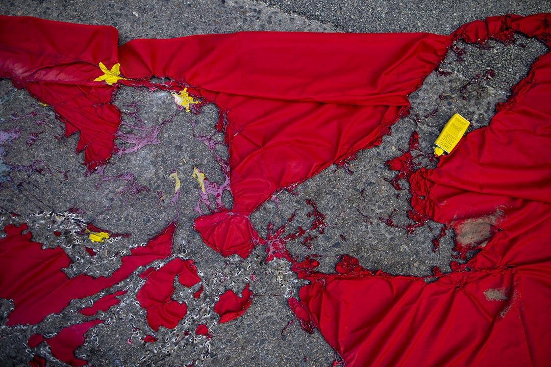 2019年9月15日,示威者於灣仔燒毀一面中國國旗。 攝:陳焯煇/端傳媒