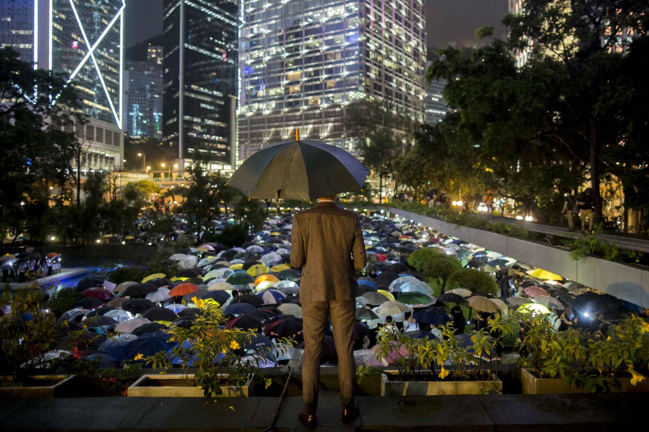 2019年8月1日,有金融界從業員響應網上號召,在中環遮打花園舉行「快閃」示威,抗議《逃犯條例》修訂,參加者站滿整個遮打花園。 攝:林振東/端傳媒