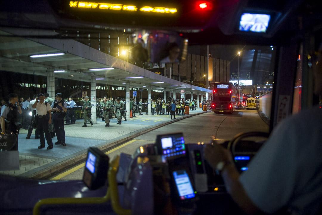 9月28日,晚上10點半,紅磡海底隧道巴士站,警方截查巴士乘客。