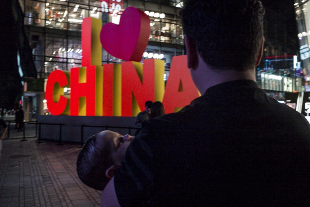 三里屯樹立起了兩層樓高的「I love China」雕塑。